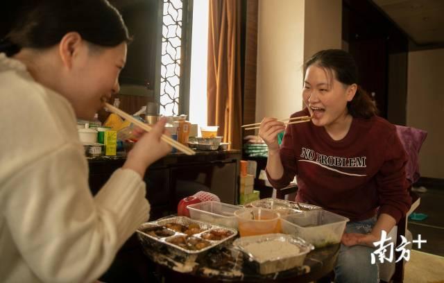 2月23日,刘家怡和同事在驻地吃晚餐,半个月的援武汉生活,刘家怡感觉自己身体最明显的变化是长胖了。