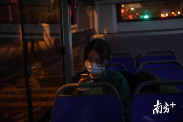 2月25日凌晨1时许,上公交后,刘家怡第一时间回复家人的信息。
