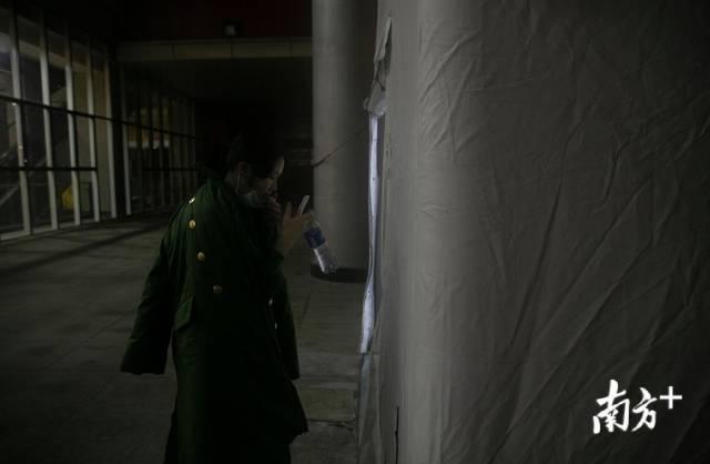 """2月25日凌晨1时许,刘家怡走出医院,每次上完班她都会感觉身体发僵。更难受的是长时间佩戴N95口罩带来的窒息感,""""就像是有6个小时被人捂住鼻子,脱开口罩才回到人间""""。"""