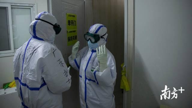 2月24日,刘家怡的工作是指导离开方舱的人脱防护服,为抗疫战友守好避免感染风险的这道重要防线。