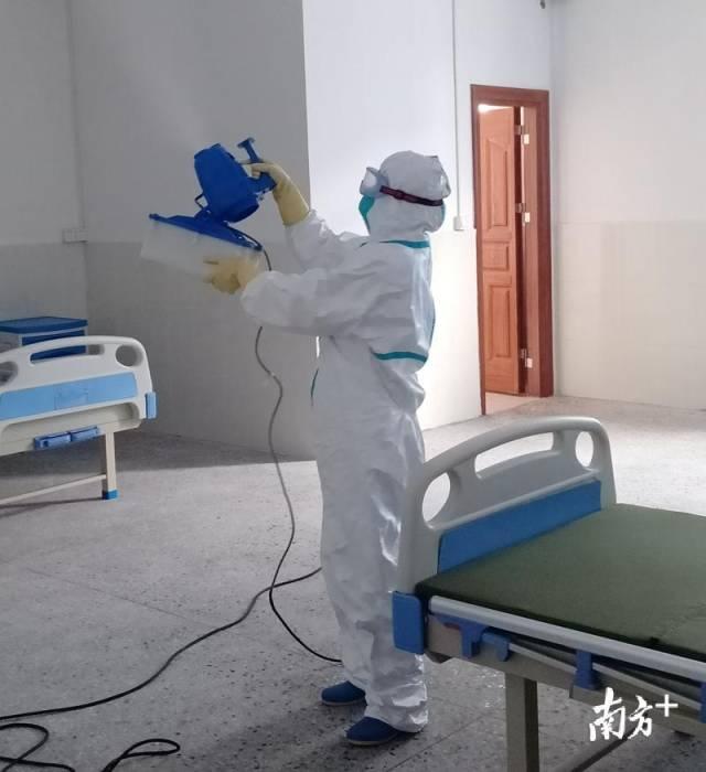 陈彩虹在进行进行终末消毒作业。