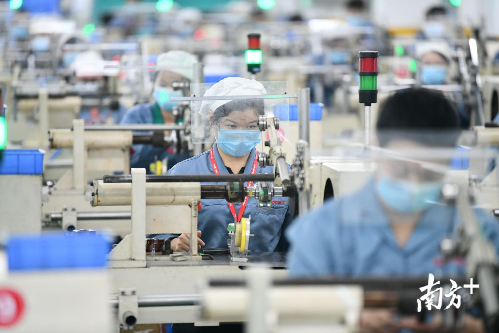 佛山用工紧缺的情况主要出现在制造业,例如陶瓷卫浴类、机械五金类等劳动密集型企业。图为格兰仕生产车间。戴嘉信 摄