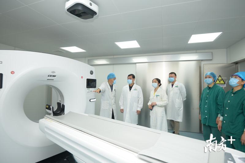 """佛山市中医院专为发热门诊新冠肺炎病例筛查构建的CT影像检查设备""""诺亚1号""""一体式CT检查室正式投入使用。冯灿 摄"""