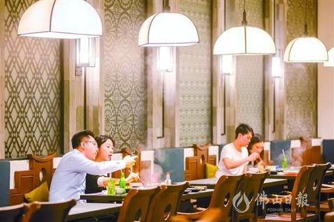 3月11日,禅城岭南站一家餐馆内,食客隔开座位就餐。符诗贺摄