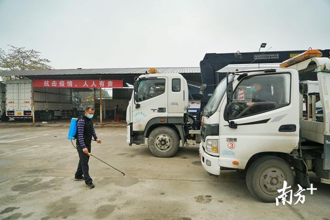 顺捷公司是一家经营交通事故现场清除、车辆拖曳和停放保管业务的企业。图为公司人员做防疫消毒工作。梁素雅 摄