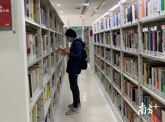 读者在查找准备借阅的书籍。