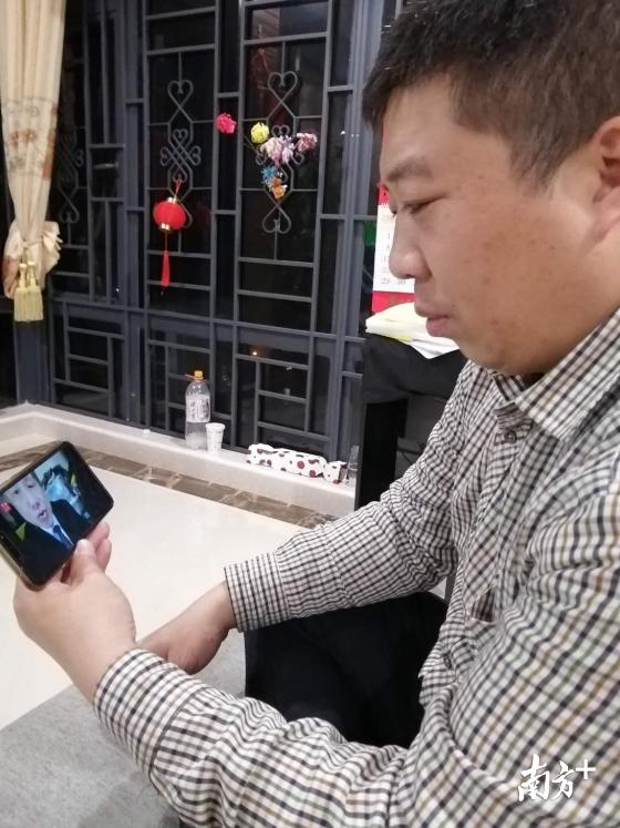 广东合和建筑五金制品有限公司党支部书记刘立丁参加党课学习,了解经济发展新形势。