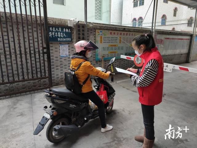 党员志愿者正在张贴疫情防控宣传资料。受访者供图