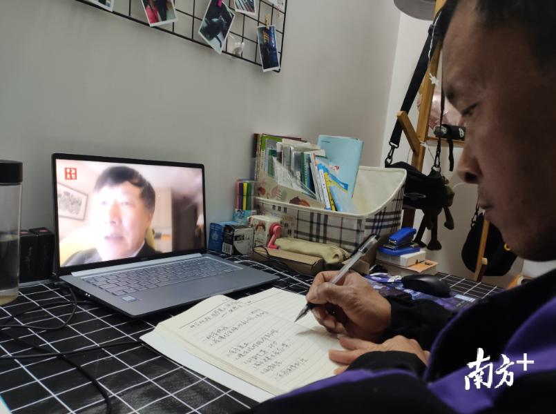 鲁村李沙村党支部领岗党员李耀辉学习党课及记录笔记。