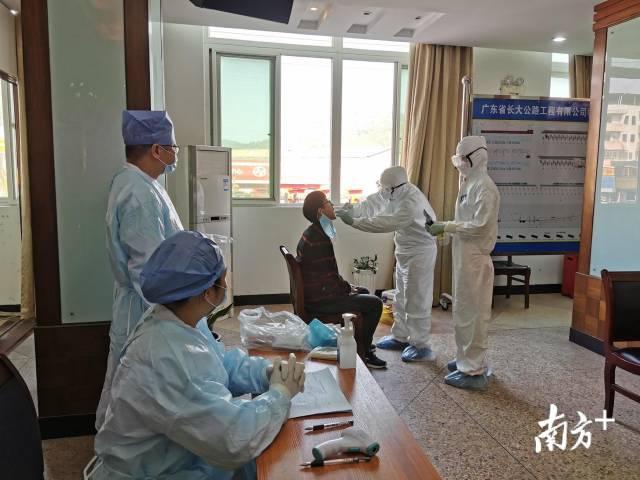 医护人员为外地返梅复工人员进行咽拭子核酸检测。钟玲芬 摄