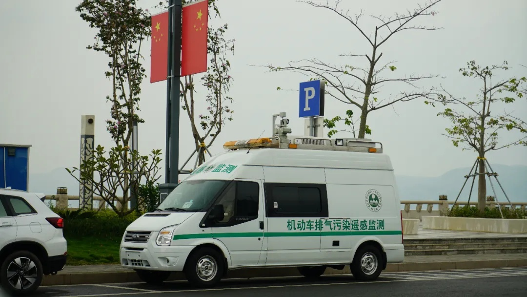 停放于市区金湖路夏楼美段的移动式机动车排气污染遥感监测车。