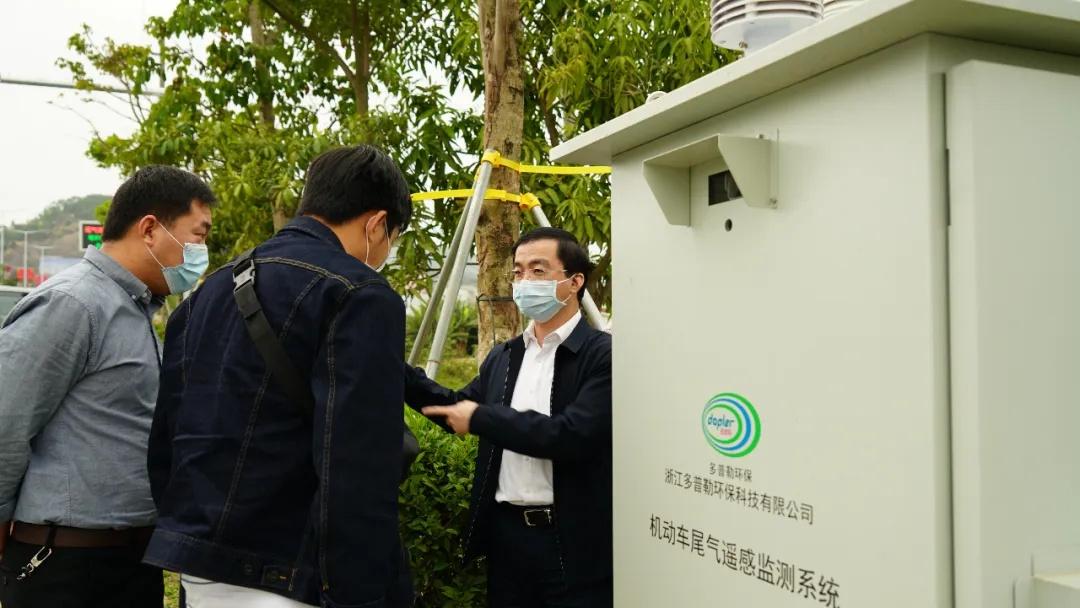 市生态环境局党组书记、局长郑伟中检查遥感监测系统运行情况。