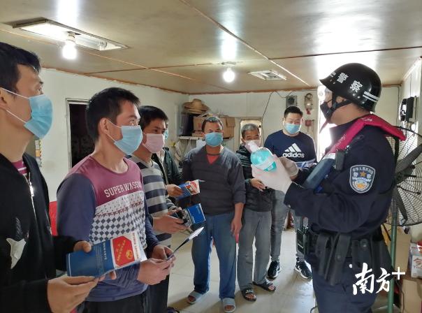边检民警正对在港船员进行防疫知识科普。南海边检站供图