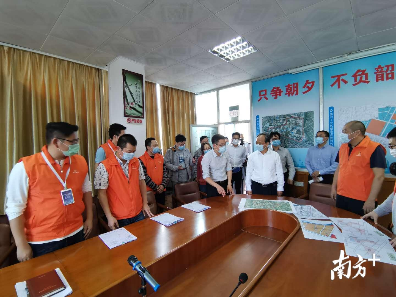 郭文海带队在集北村委会村改工作现场调研。熊程 摄
