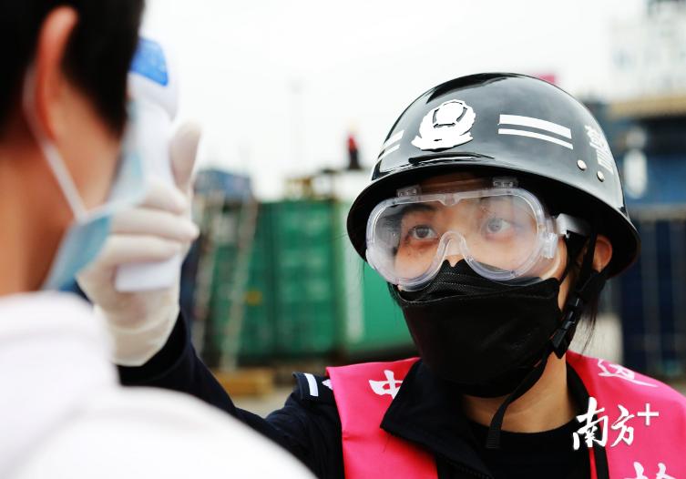 边检民警正对入境船员进行体温检测。南海边检站供图