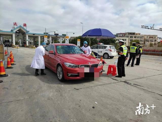 医护人员在高速路口开展排查。