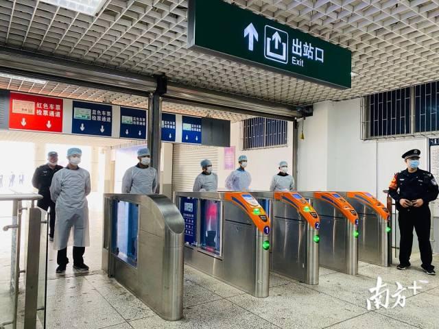 医护人员在火车站出入口设卡排查。