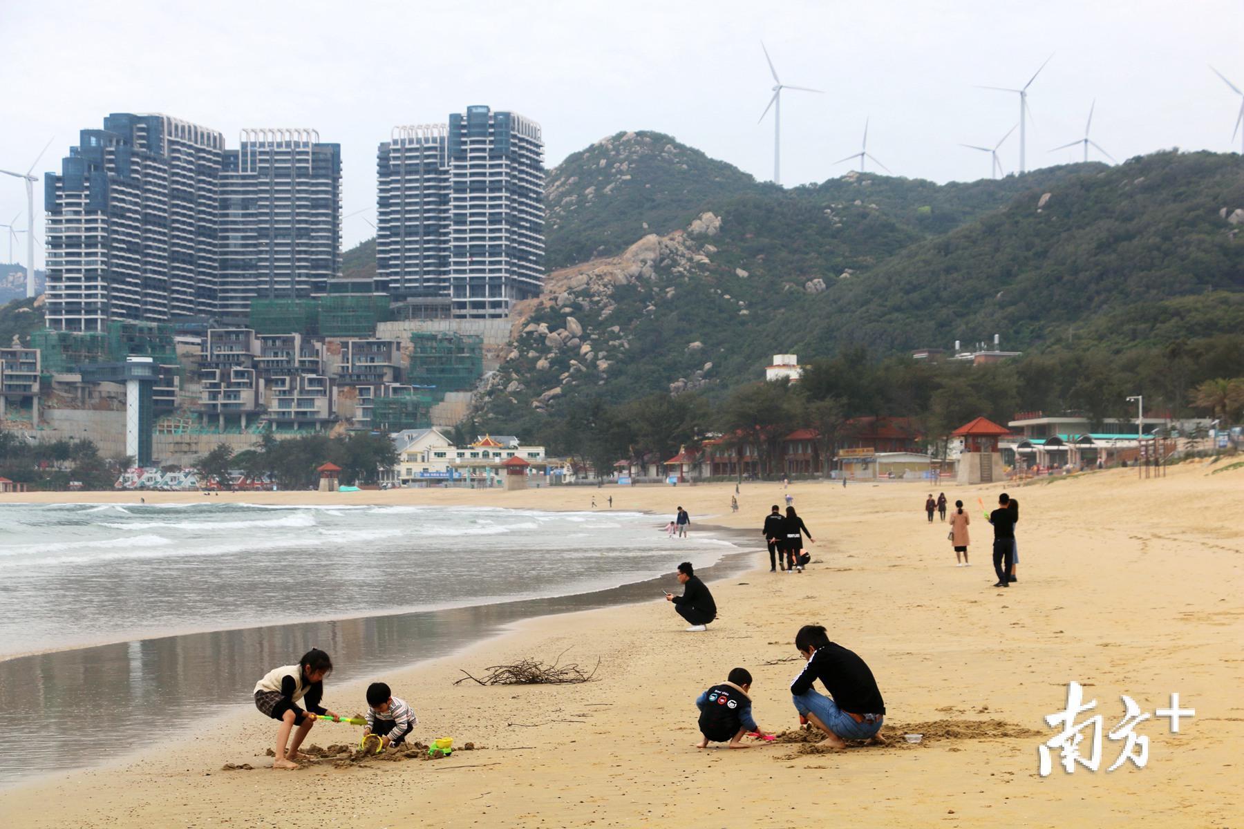 """正值春暖花开,陆续有少量游客到南澳岛享受沙滩""""阳光浴""""。"""