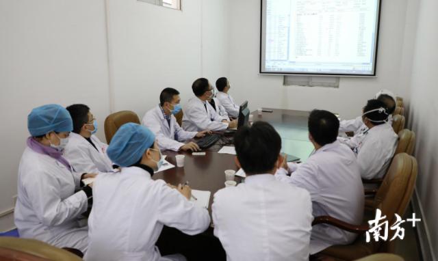 汕头市中心医院专家组每天开会研判病情。