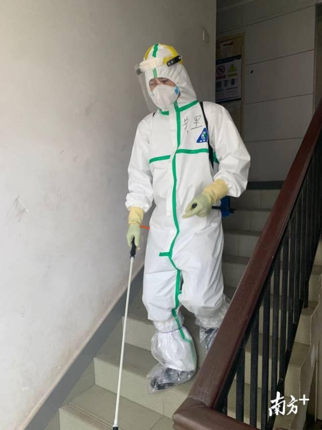 黄里在湖北开展社区消毒工作。受访者供图