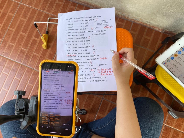 探亲遇疫情滞留泰国,潮州一老师跨国直播上网课