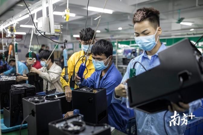 通过大数据系统——加油2020新宝员工信息反馈系统,新宝电器实现有序复工复产。南方日报记者 张由琼 摄