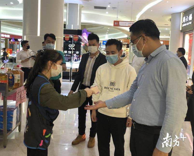 大沥镇委书记刘浩文到伟业兴隆广场调研复工复产和疫情防控情况。大沥宣办供图