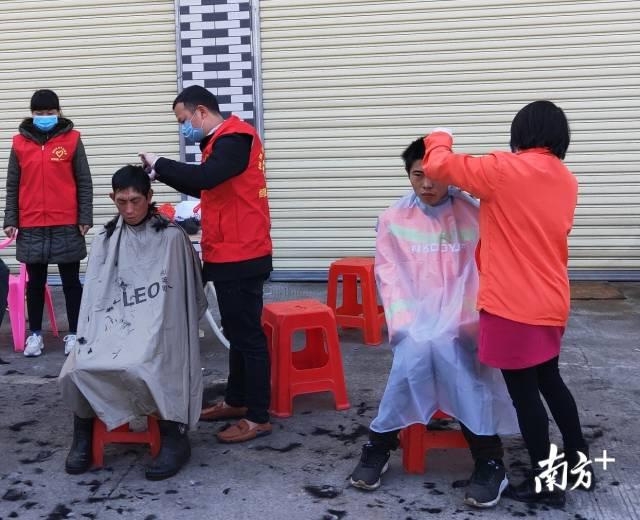 志愿者免费为防疫一线人员理发。受访者供图