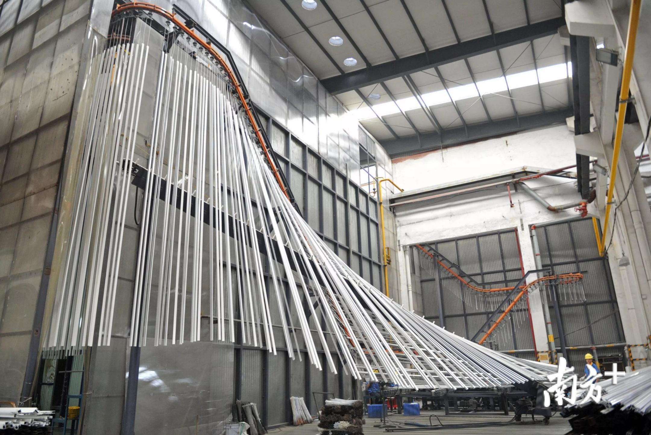 华昌铝业铝型材生产车间。戴嘉信 摄
