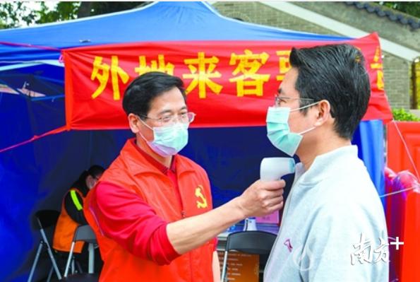 2月25日,禅城区塔坡社区志愿者对进出人员测量体温。以疫情防控为契机,禅城区将激发基层首创精神,提升治理现代化能力。/佛山日报记者符诗贺摄