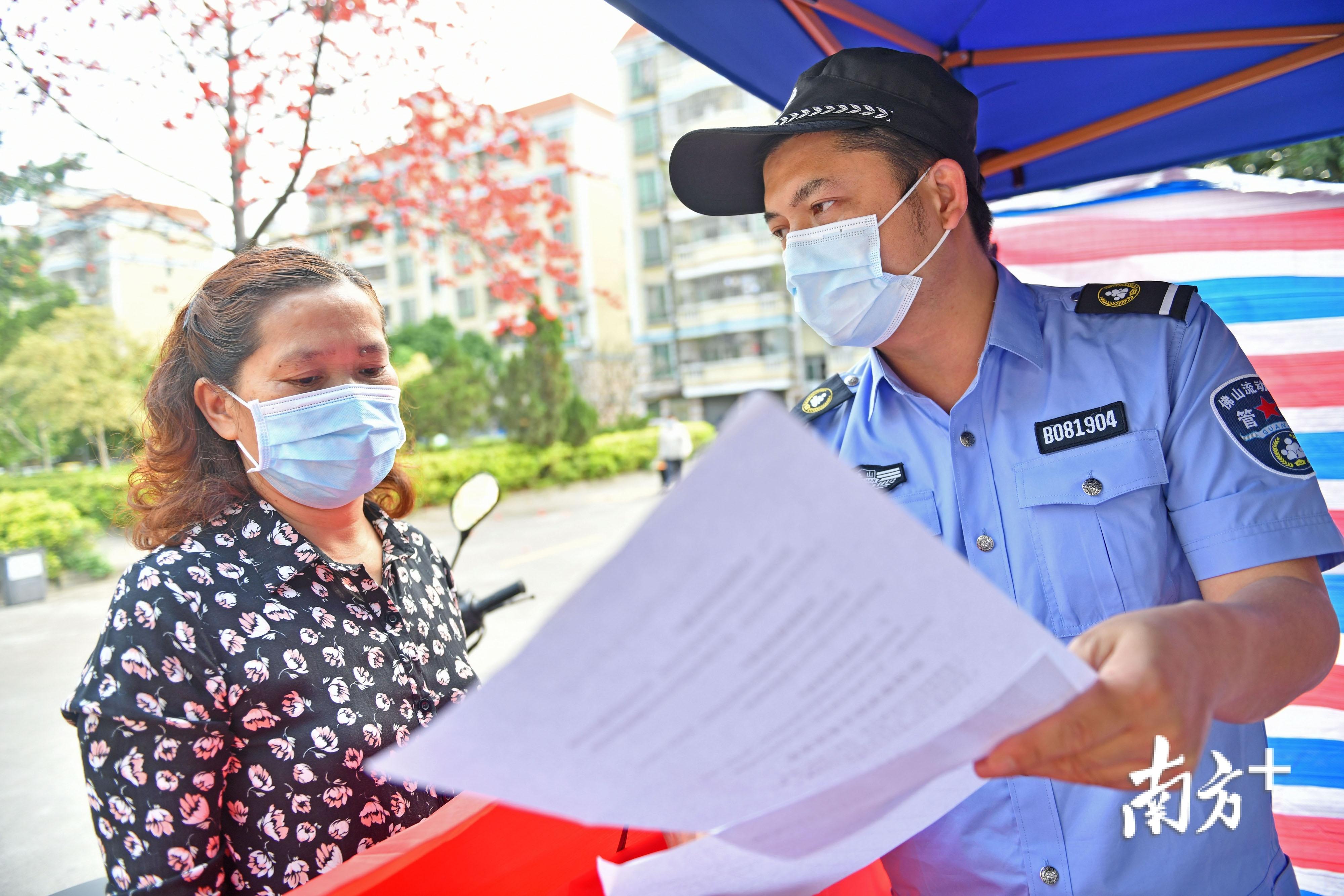 南海沙涌社区流管冯俊龙每天驻守社区,耐心为居民讲解疫情防控的注意事项。南方日报记者 戴嘉信 摄
