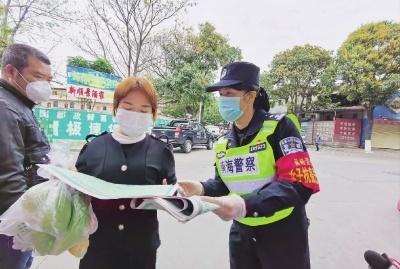陈瑞贞向市民宣传科学防疫知识。 通讯员供图