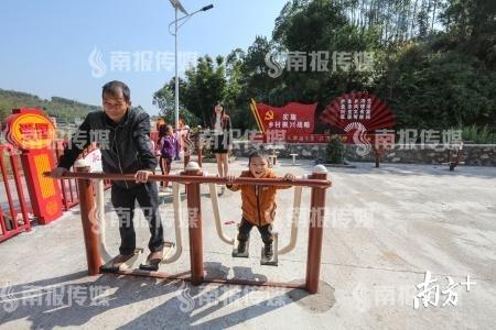 东源县涧头镇大往村文化广场成了村民休闲、健身、娱乐的好去处。 冯晓铭 摄