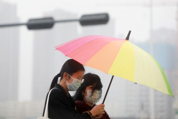 图集 能见度2公里以下,深圳晚高峰迎来雨雾天气