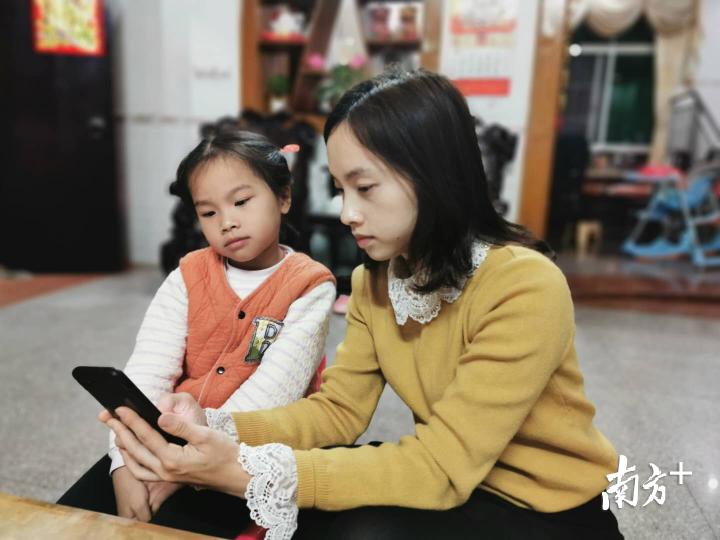 家长陪孩子上网课。受访者供图