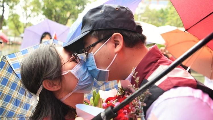 图集|新会医疗队回家:在雨中隔着口罩吻你
