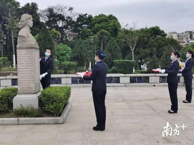 在广州银河革命公墓,工作人员为向秀丽烈士墓敬献鲜花,并为墓碑描金。工作人员将市民写给向秀丽烈士的书信放于墓碑前,并鞠躬致意。