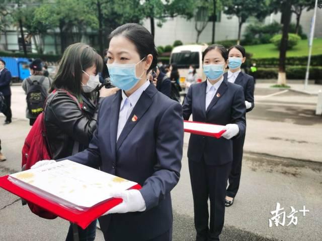 """4月4日上午10时20分许,一名邮政快递员将厚厚一沓市民群众写给先人的""""家书""""送进广州市殡葬管理处。"""