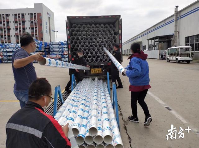 日丰紧急调配一批货值10余万元的排水管道发往武汉。