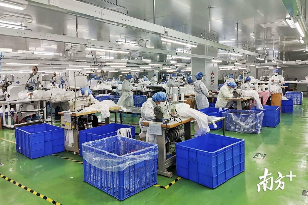 经过3天加班加点,必得福顺利完成2000件防护服生产,并于1月28日交付并运往武汉。
