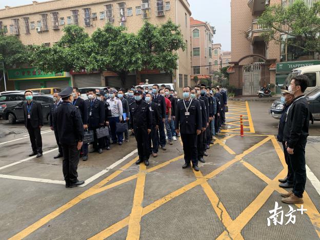 区镇有关部门在龙江村级工业园开展综合执法行动。