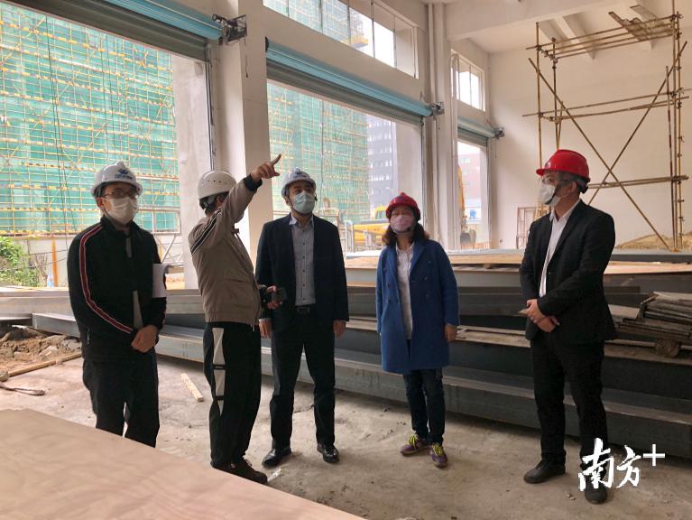 龙江干部到万洋众创城现场推进首家企业投产。