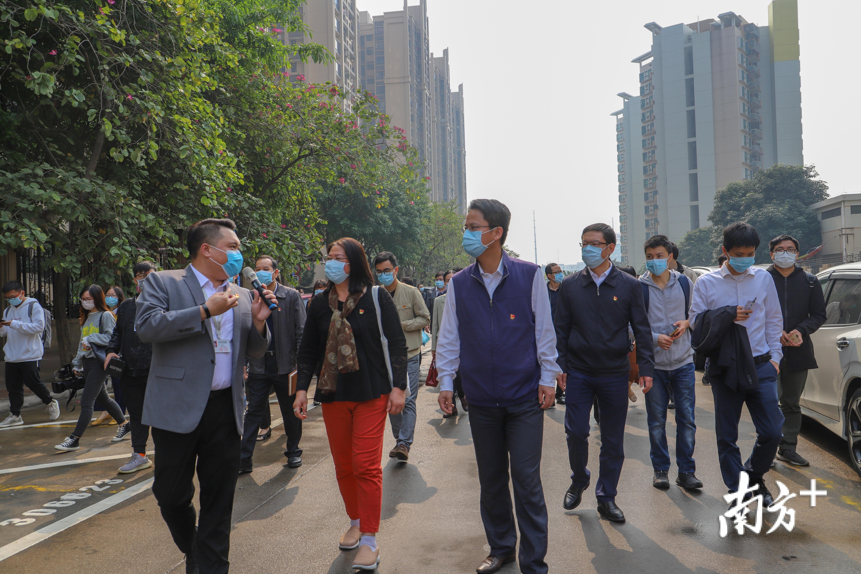 4月9日,2020年顺德区党建引领社会治理创新工作部署会召开前,与会代表实地参观龙江文华社区治理创新项目。