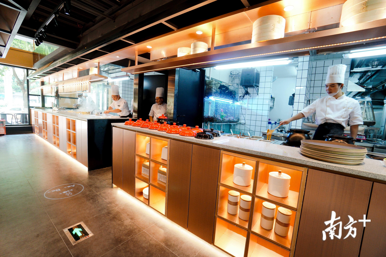 疫情影响下,佛山餐饮业正大力引流,加快复苏步伐。图为佛山餐饮品牌如轩砂锅粥门店。