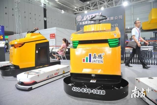 """图为嘉腾机器人自主研发的移动AGV机器人""""大黄蜂""""。戴嘉信 摄"""