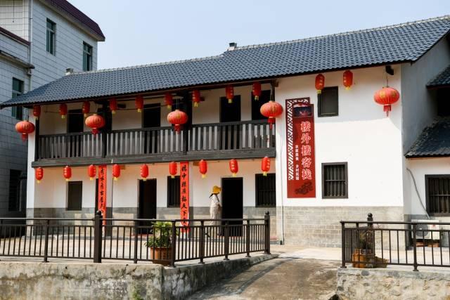 大东镇联丰村花萼楼景区旁,村民把自家老屋建成民宿招待游客。(南方日报记者 何森垚 摄)