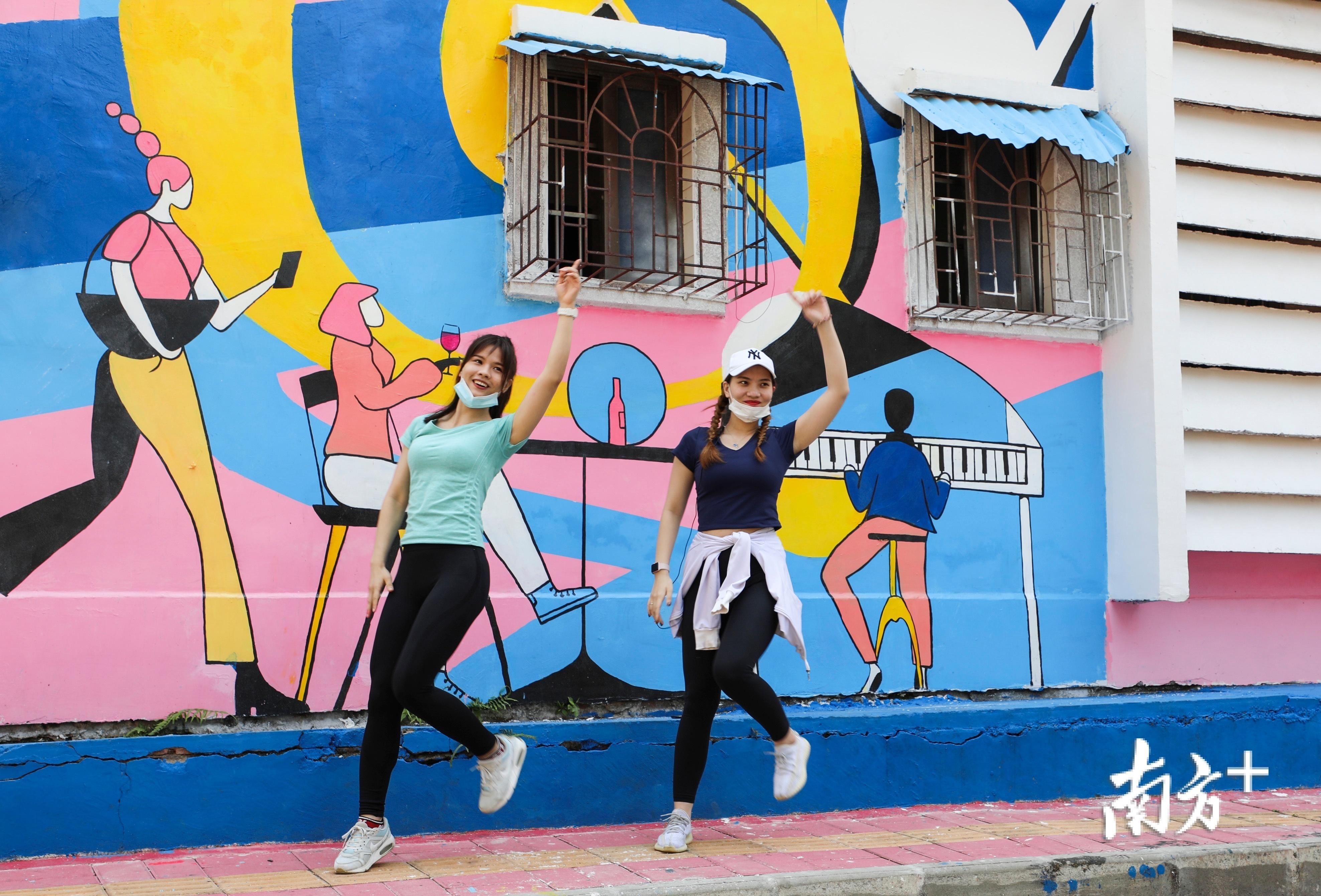 健身达人佩怡、诗敏姐妹在好心绿道经过的方兴小区钢琴楼面涂鸦前跳舞打卡。
