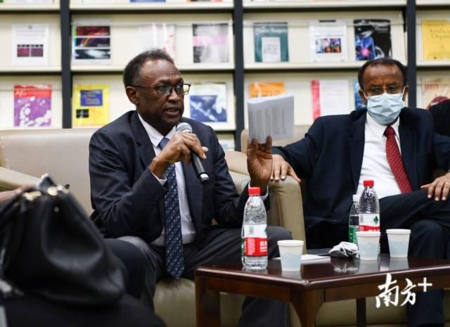 非洲多国驻穗总领事接受媒体采访,苏丹驻穗总领事阿达姆·尤瑟夫回答提问