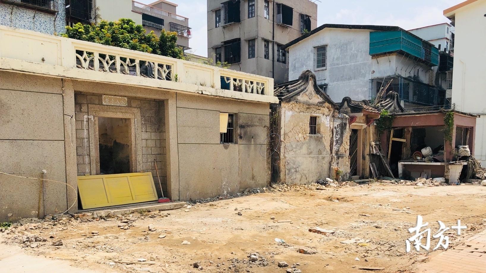 社区党总支书记卢庆贤带头拆除自家老宅前院。