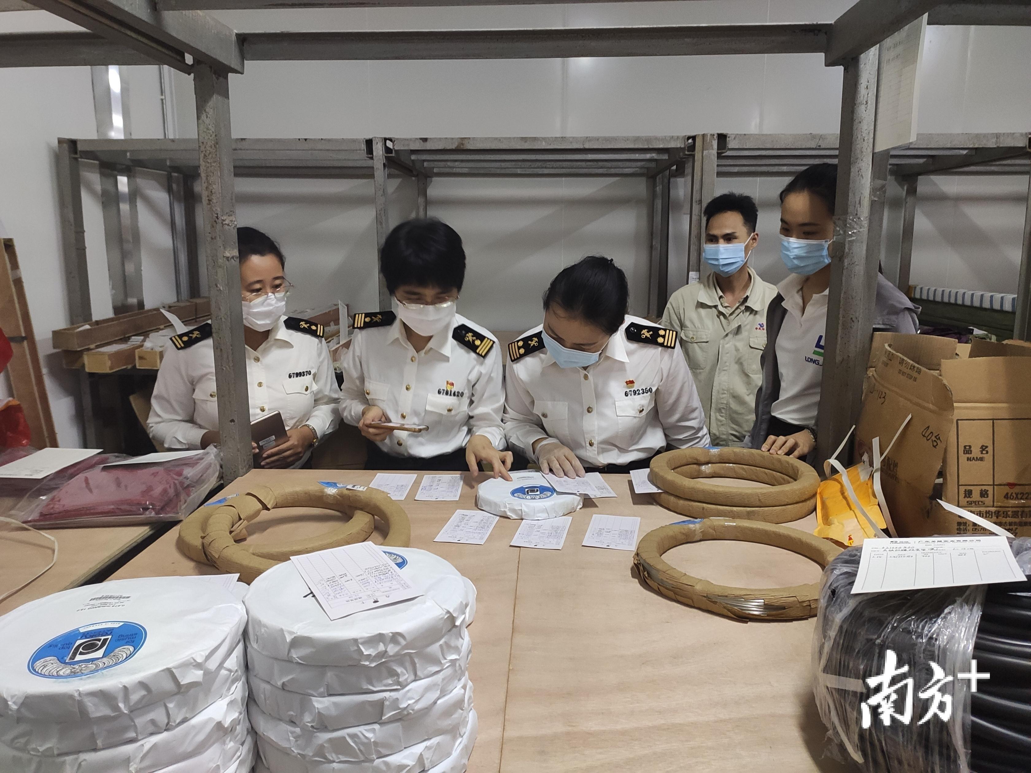 湛江海关所属霞海海关关员核对电子钢琴原材料单证。